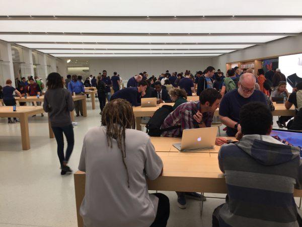 """Im Apple-Geschäft am """"One World Trade Center"""" ist einiges los."""