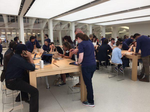 Im Apple-Store am One-World-Trade-Center ist immer emsig was los. Die Menschen mögen die teuren Apple-Produkte.
