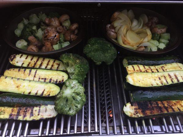 Statt dessen gibt es frisches Gemüse vom Grill.