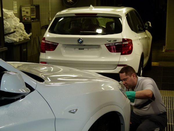 Den Neuwagen schön poliert beim Nobelhersteller abholen. Das liebste Kind der Deutschen ist ein teurer Spaß.