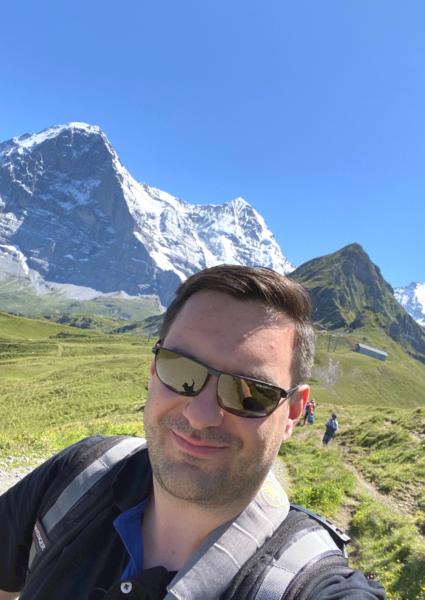Blogger Christian vor dem Mönch und Jungfrau Berggipfel in der Schweiz